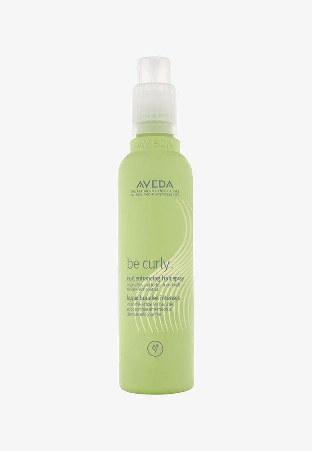 BE CURLY ™ CURL ENHANCING HAIR SPRAY  - Stylizacja włosów - -