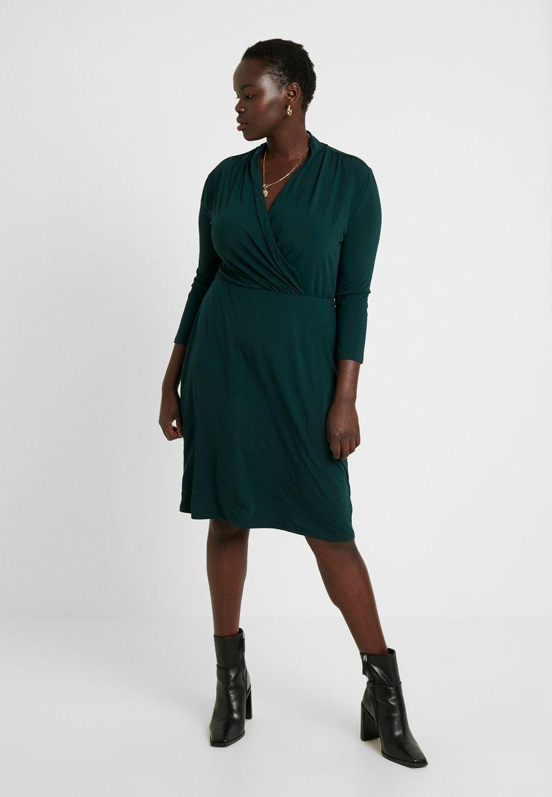 Anna Field Curvy - Pouzdrové šaty - scarab