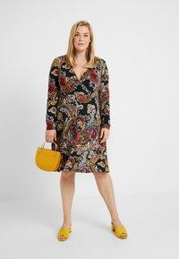 Anna Field Curvy - Jersey dress - black/berry - 2