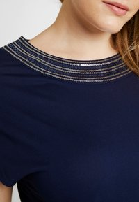 Anna Field Curvy - Print T-shirt - maritime blue - 4