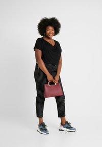 Anna Field Curvy - 2 PACK - T-shirt basique - black/dark blue - 1