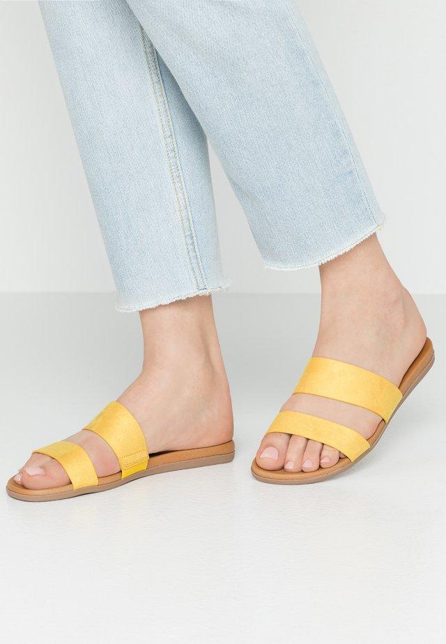 DRABETH - Pantolette flach - dark yellow