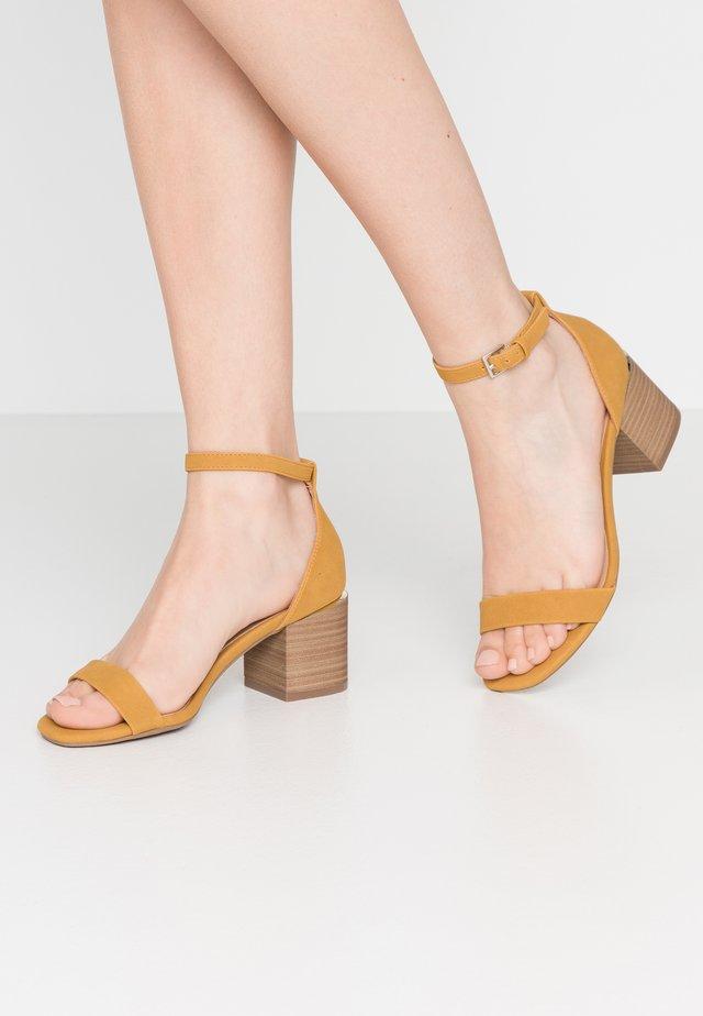 MAKENZIE - Sandales - dark yellow