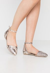 Call it Spring - CHARLOTE - Ankle strap ballet pumps - champagne - 0