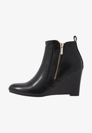 BIRRE - Korte laarzen - black