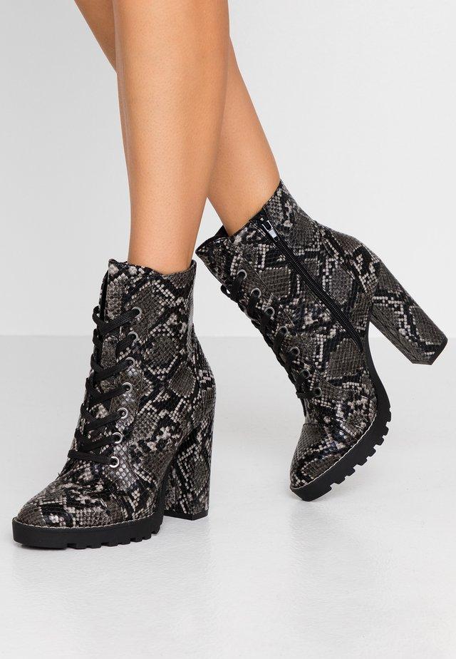 AXELL - High Heel Stiefelette - black/multicolor