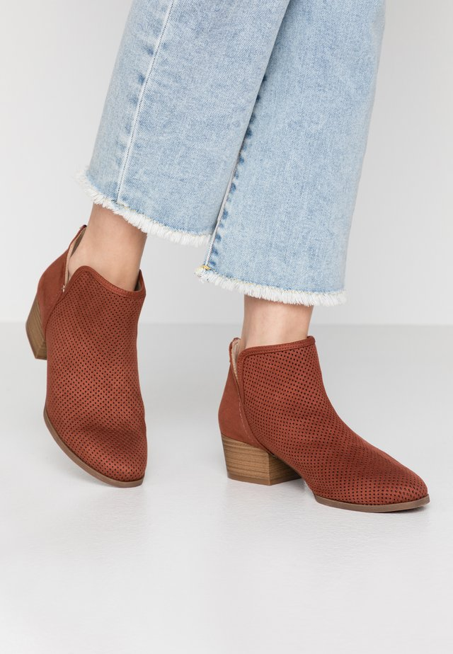 LUNNA - Ankle boots - rust