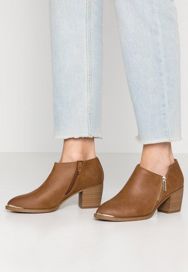 CASEYY - Ankle boot - cognac