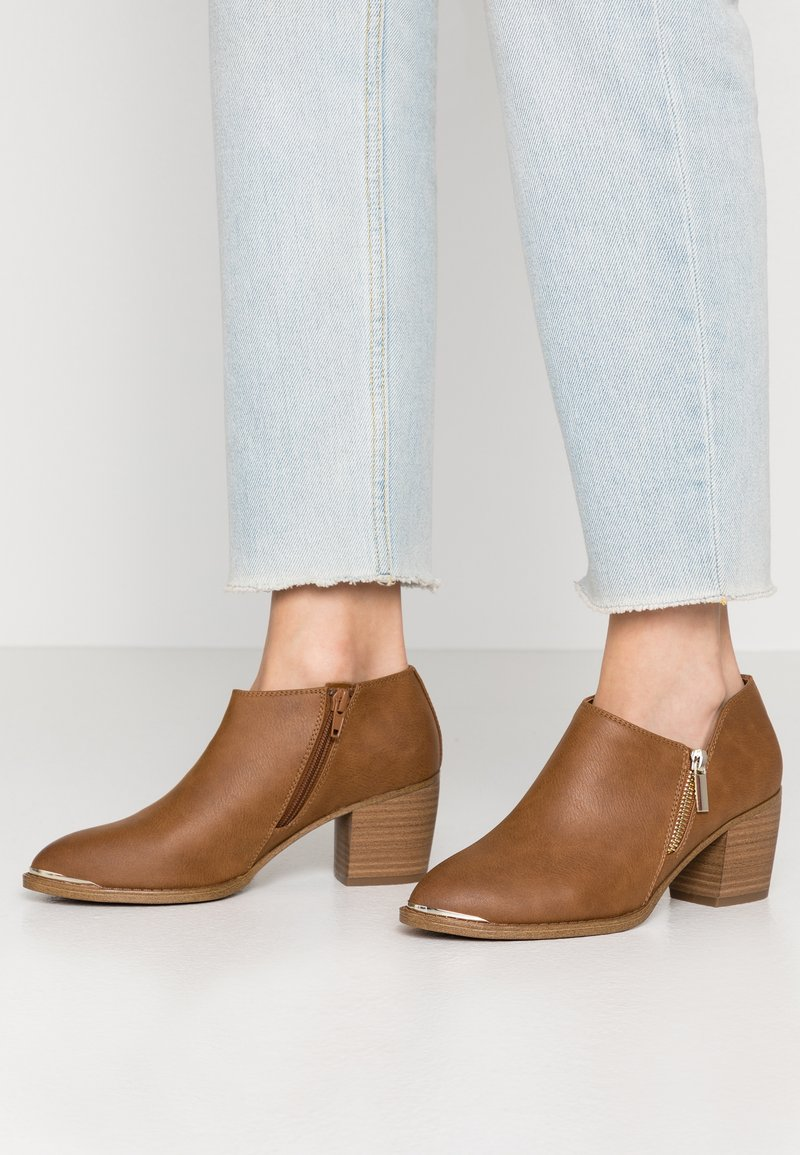Call it Spring - CASEYY - Ankle Boot - cognac