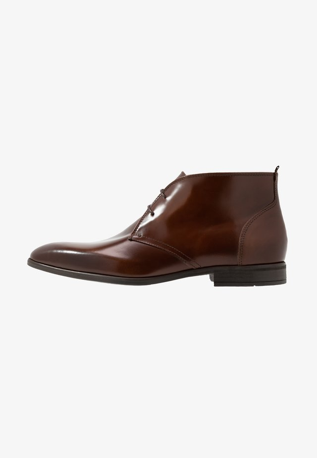 ISSARD - Elegantní šněrovací boty - cognac