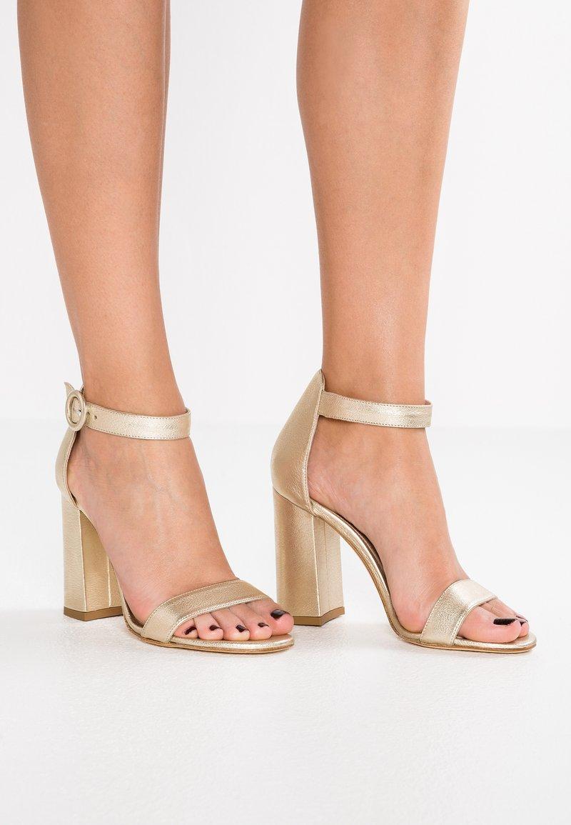 Alberto Zago - Korolliset sandaalit - gold