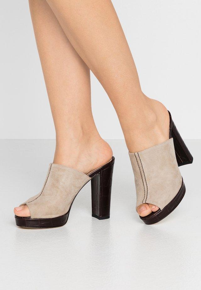 Pantofle na podpatku - sabbia/kenia