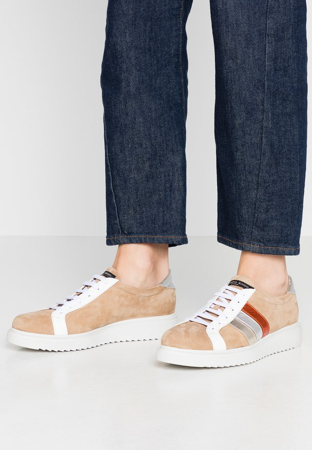 Sneakers basse - beige/bianco