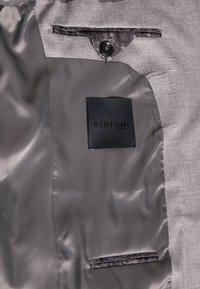 Bertoni - DREJER JEPSEN SUIT - Jakkesæt - light grey - 9