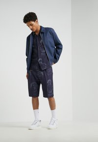 Band of Outsiders - SINGLE PLEAT - Shorts - navy - 1