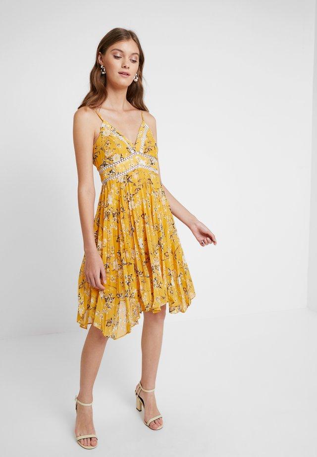 FLORAL DRESS - Cocktailkjoler / festkjoler - yellow