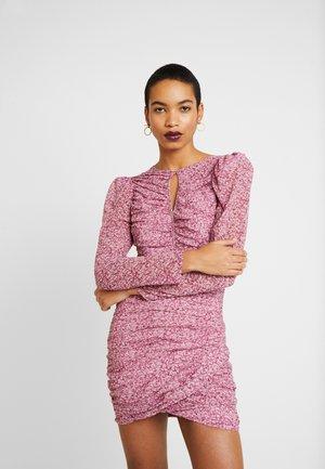 CHARLOTTE DRESS - Pouzdrové šaty - pink haze