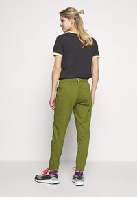 Burton - JOY PANT - Bukse - pesto green - 2