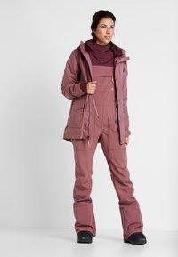 Burton - AVALON BIB - Zimní kalhoty - rose brown - 1