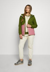 Burton - WOMEN'S NARRAWAY JACKET - Impermeable - pesto green/rosebud - 1