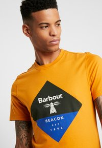 Barbour Beacon - DIAMOND TEE - T-shirt con stampa - golden oak - 4