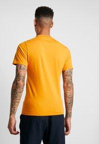 Barbour Beacon - DIAMOND TEE - T-shirt con stampa - golden oak - 2