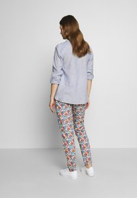 Balloon - CARROT PANTS FLOWER PRINTS - Trousers - blue red - 2