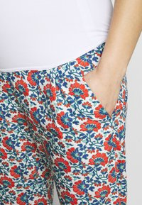 Balloon - CARROT PANTS FLOWER PRINTS - Trousers - blue red - 4