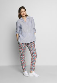 Balloon - CARROT PANTS FLOWER PRINTS - Trousers - blue red - 1