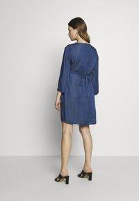 Balloon - DRESS WITH WRAP NECKLINE - Sukienka z dżerseju - blue - 2