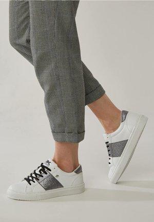 LUX - Matalavartiset tennarit - white / grey