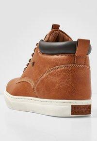 British Knights - WOOD - Sneakersy niskie - cognac/brown - 3