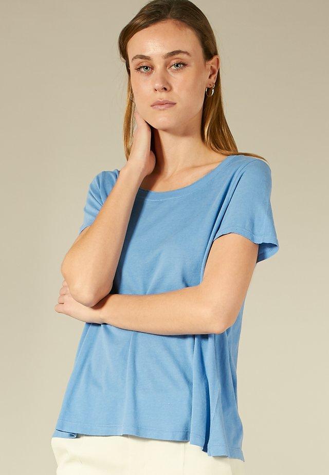 SHIRT MIT OFFENEN KANTEN - T-shirt basique - cornflower blue