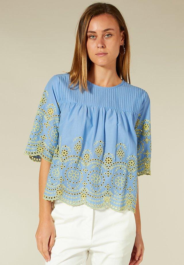 LOCHSTICKEREI - T-shirt à manches longues - cornflower blue+yellow embro