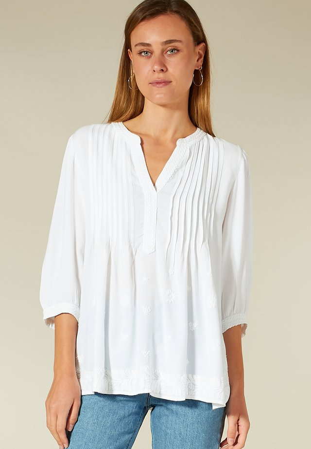 MIT STICKDETAILS - Bluse - white