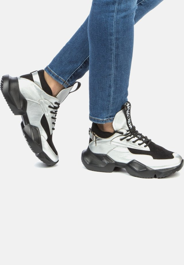 Trainers - silver/black