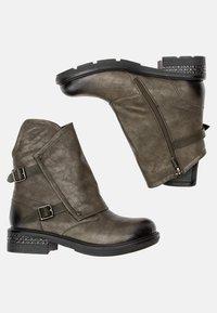Betsy - Cowboy/biker ankle boot - khaki - 2