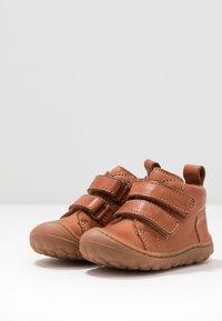 Bisgaard - GERLE - Zapatos de bebé - cognac - 3