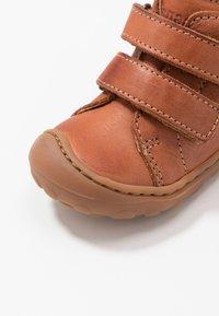Bisgaard - GERLE - Zapatos de bebé - cognac - 2