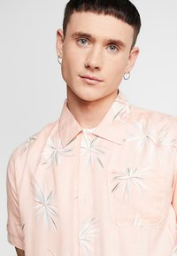 Bellfield - POCKET CAMP COLLAR PARADISE  - Chemise - pink - 4