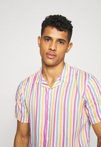 Bellfield - CUBAN COLLAR STRIPE PRINT - Shirt - white - 3