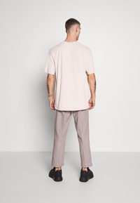 Bellfield - CROPPED TAILORED HOUNDSTOOTH TROUSER - Kalhoty - mushroom