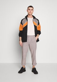 Bellfield - CROPPED TAILORED HOUNDSTOOTH TROUSER - Kalhoty - mushroom - 1
