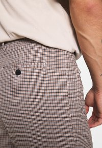Bellfield - CROPPED TAILORED HOUNDSTOOTH TROUSER - Kalhoty - mushroom - 3