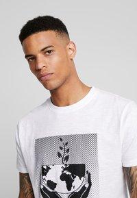 Bellfield - WORLD  - T-shirt imprimé - white - 4