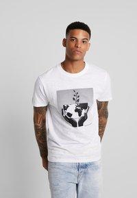 Bellfield - WORLD  - T-shirt imprimé - white - 0