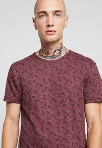Bellfield - DITSY - T-shirt imprimé - oxblood - 4