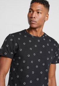 Bellfield - HORSESHOW DITSY - T-shirt imprimé - black - 5