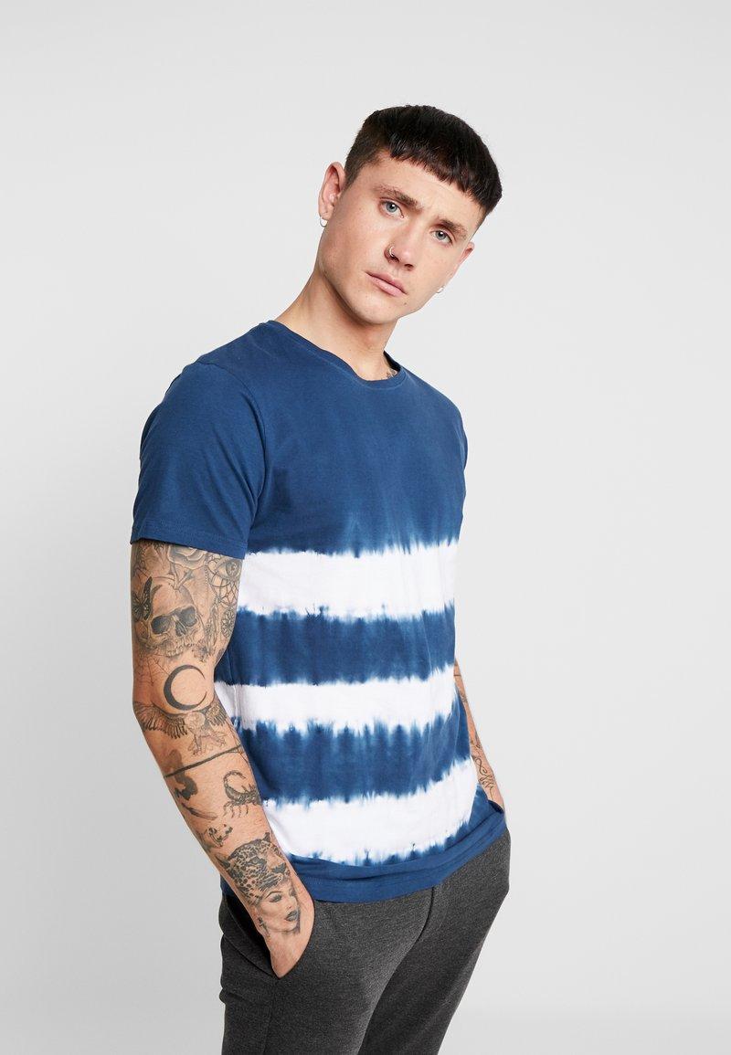 Bellfield - TIE DYE CREW NECK - Print T-shirt - navy