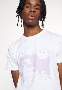 Bellfield - PLACEMENT TEE - Triko spotiskem - white - 4